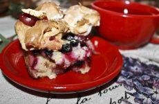 Пирог из белого хлеба с ягодами