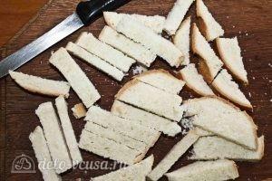Пирог из белого хлеба с ягодами: Нарезать хлеб
