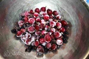 Пирог из белого хлеба с ягодами: Моем ягоды