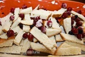 Пирог из белого хлеба с ягодами: Выкладываем хлеб и ягоды