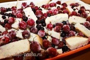 Пирог из белого хлеба с ягодами: Снова выкладываем хлеб и ягоды