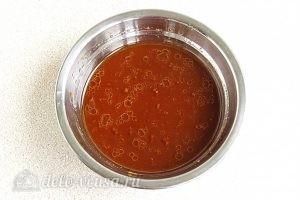 Домашние шпроты в мультиварке: Добавить соль, масло, соус в чай