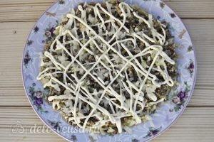 Салат Мимоза классический: Покрываем слой лука майонезом