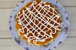 Салат Мимоза классический: Выкладываем морковь