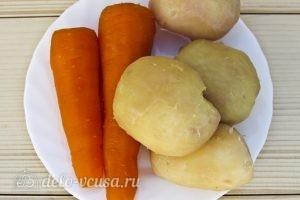 Салат Мимоза классический: Сваренные картофель и морковь очищаем