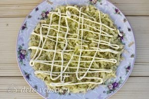 Салат Мимоза классический: Покрываем картофель майонезом