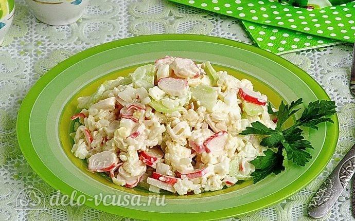 Крабовый салат с рисом и огурцом