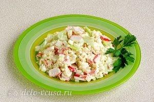Крабовый салат с рисом и огурцом готов