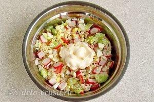 Крабовый салат с рисом и огурцом: Добавить майонез