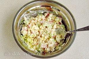 Крабовый салат с рисом и огурцом: Перемешать
