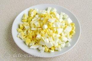 Крабовый салат с рисом и кукурузой: Вареные яйца порезать кубиками