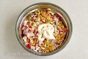 Крабовый салат с рисом и кукурузой: Добавить майонез