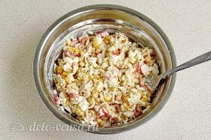 Крабовый салат с рисом и кукурузой: Перемешать салат