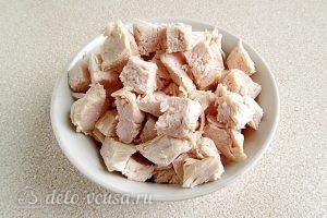 Салат из капусты, курицы и кукурузы: Нарезать филе