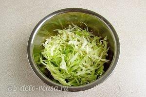 Салат из капусты, курицы и кукурузы: Нашинковать капусту