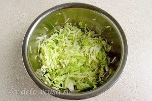 Салат из капусты, курицы и кукурузы: Перетереть руками капусту
