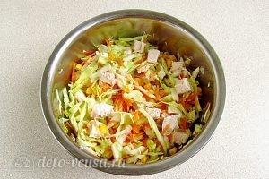 Салат из капусты, курицы и кукурузы: Перемешать все