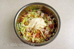Салат из капусты, курицы и кукурузы: Заправить майонезом