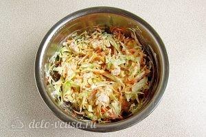 Салат из капусты, курицы и кукурузы: Перемешать салат