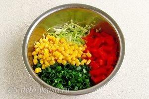 Салат из капусты, перца и кукурузы: Соединить ингредиенты