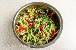 Салат из капусты, перца и кукурузы: Перемешать все