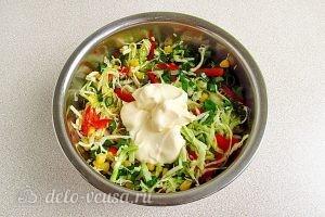 Салат из капусты, перца и кукурузы: Добавить майонез