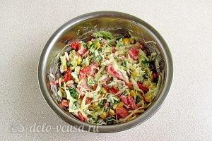 Салат из капусты, перца и кукурузы: Перемешиваем