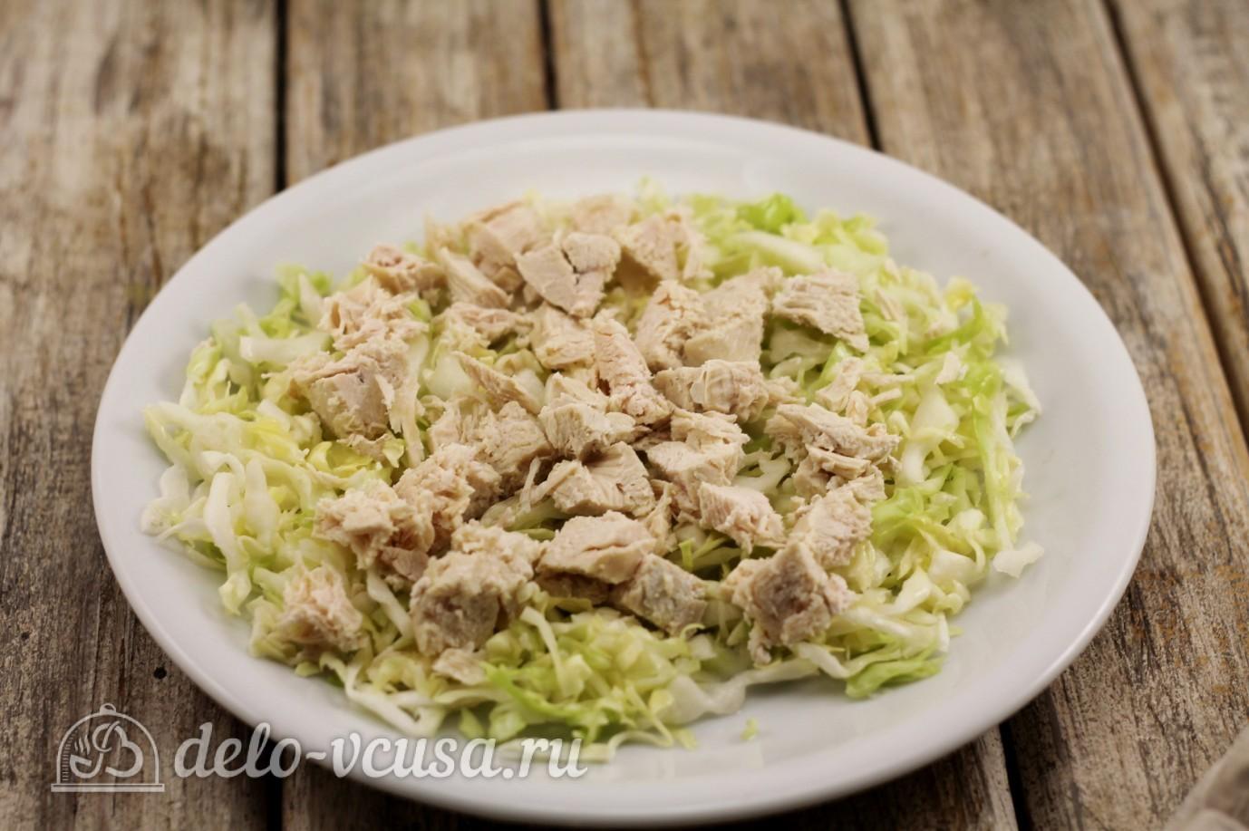 Салат из пекинской капусты с сухариками: Курицу отварить и порезать