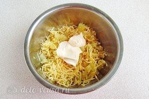 Салат из ананасов с сыром и чесноком: Добавить майонез