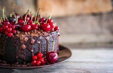 Три шоколадных торта с вишней