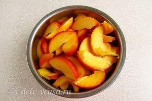 Варенье из персиков по-слонимски: Удалить косточки и порезать персики дольками