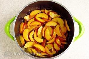 Варенье из персиков по-слонимски: Добавить персики в сироп