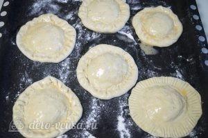 Булочки с колбасой и сыром: Булочки выложить на противень, смазать взболтанным яйцом и посыпать кунжутом