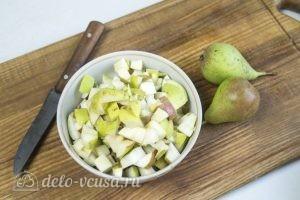Чизкейк без выпечки с карамелизированными грушами: Нарезать груши