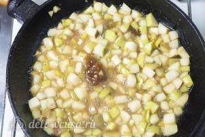 Чизкейк без выпечки с карамелизированными грушами: Добавить груши в карамель