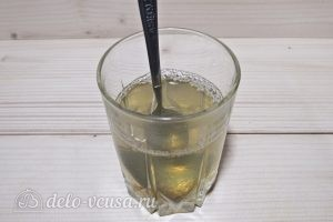 Чизкейк с вишней: Развести желатин