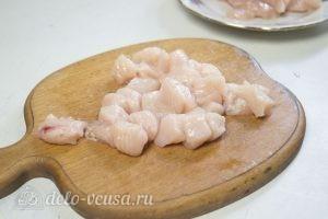 Цветная капуста, запеченная с курицей в духовке: Нарезать филе