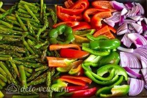Быстрый гарнир из овощей: Кладем овощи на противень