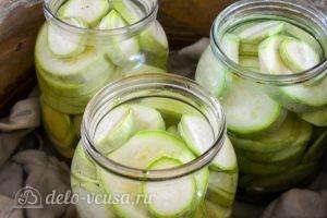 Хрустящие кабачки на зиму: Залить кабачки маринадом