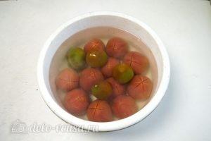 Томатный соус с базиликом: Залить томаты кипятком