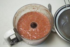 Томатный соус с базиликом: Измельчить помидоры в блендере
