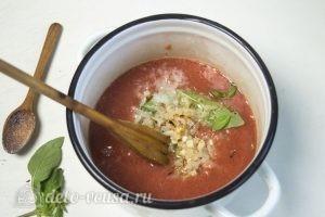 Томатный соус с базиликом: Добавить чеснок и базилик