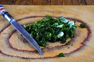 Кабачковые оладьи с сыром: Нарезать зелень
