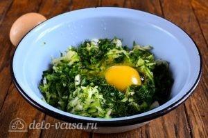 Кабачковые оладьи с сыром: Добавить яйца