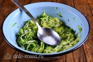 Кабачковые оладьи с сыром: Добавить соль и перец