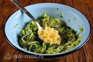 Кабачковые оладьи с сыром: Добавить сыр