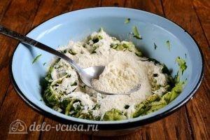 Кабачковые оладьи с сыром: Добавить муку