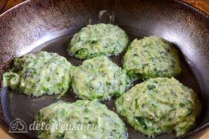 Кабачковые оладьи с сыром: Выложить оладьи на сковороду