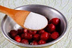 """Клубничное варенье """"Пятиминутка"""": Засыпать клубнику сахаром"""
