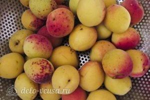 Компот из абрикосов и яблок на зиму: Перебираем абрикосы